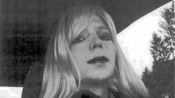 """""""So sieht Freiheit aus"""": Chelsea Manning im roten Badeanzug in der Vogue"""