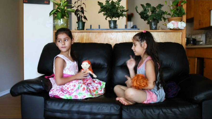 شاهد: لقاء طفلتين سوريتين بعد رحلة اللجوء الى كندا
