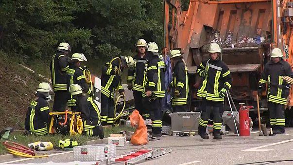 Horror in Nagold: 26-Tonnen-Müllwagen kippt auf Auto - 5 Tote