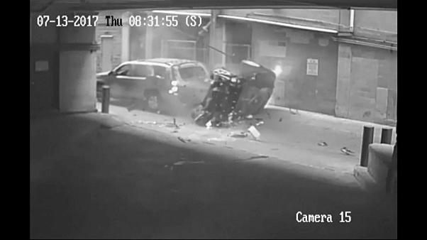 شاهد: نجاة سيارة من حادث مميت