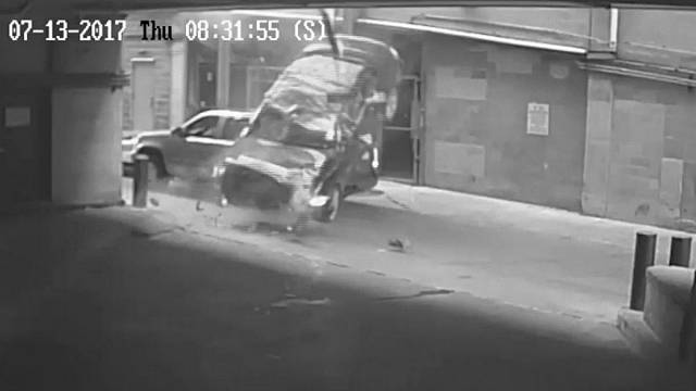 VIDEO: Auto crasht 7 Stockwerke nach unten