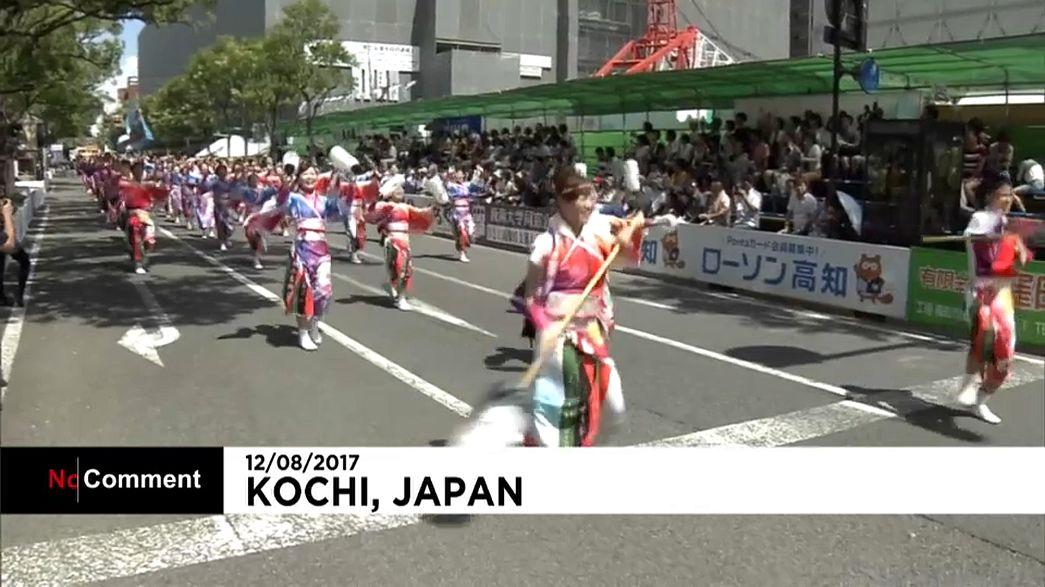 Táncosok a Joszakoi fesztiválon Japánban