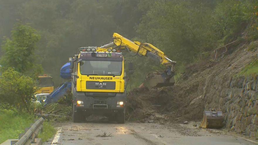 Schlammlawinen in Österreich: Zahlreiche Straßen aufgrund von Unwettern gesperrt