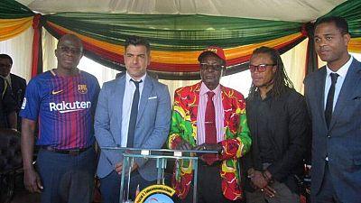 Zimbabwe : les anciennes stars du Barça Kluivert et Davids en meeting avec le président Mugabe