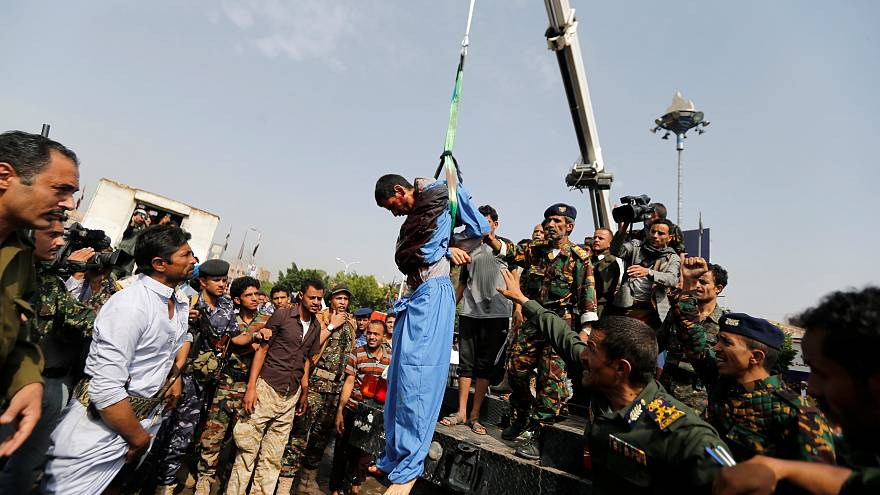 اليمن: اعدام شاب وتعليقه على رافعة لتورطه باغتصاب وقتل طفلة