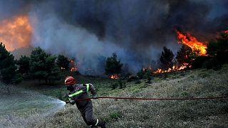 Πυρκαγιές: Συνεχείς αναζωπυρώσεις στη ΒΑ Αττική