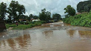 پیکر ۴۰۰ نفر در سیرالئون از زیر گلولای بیرون آورده شد