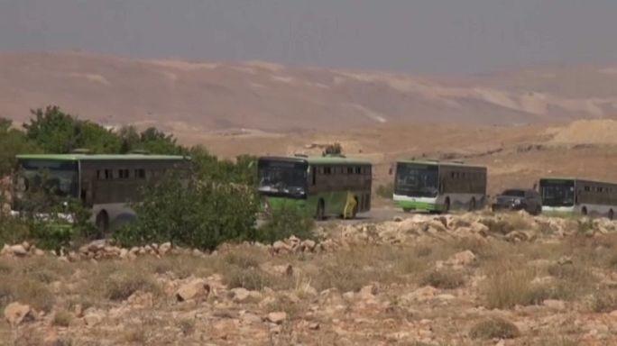 مقاتلو (سرايا أهل الشام) ولاجئون يتجهون من عرسال في لبنان إلى فليطة السورية
