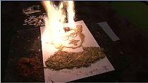 Un artiste égyptien enflame ses toiles pour mettre en évidence les dangers du tabac