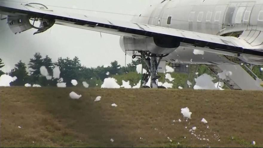Пожарная пена заполнила аэропорт