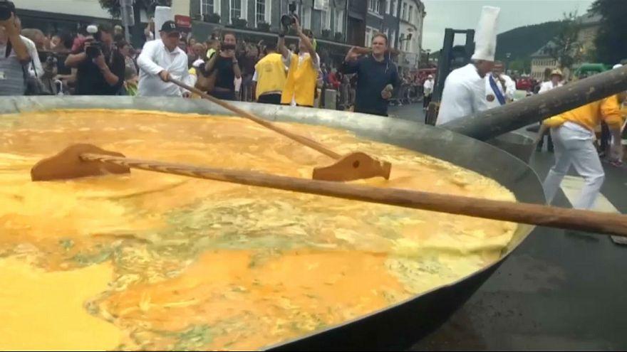 شاهد: بلجيكيون يردون على فضيحة البيض الفاسد بقرص عجة عملاق