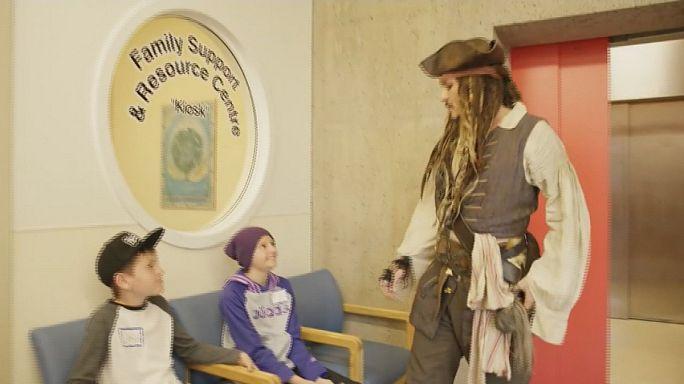 Johnny Depp, vestido de pirata, visita un hospital