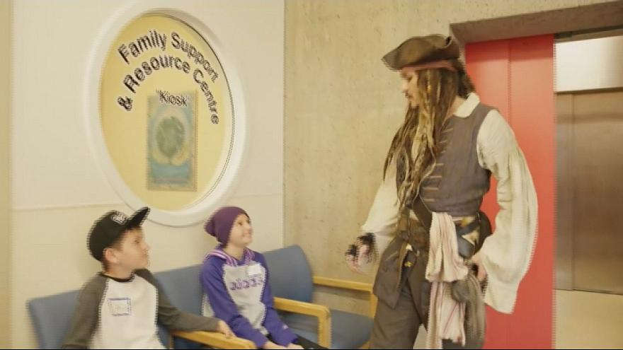 Johnny Depp, vestido de pirata, visita un hospital