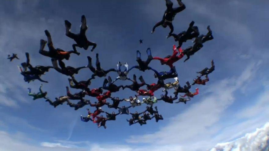 شاهد: نادي تونسبيرغ للقفز بالمظلات يُحطم الرقم القياسي المجري في القفز الجماعي