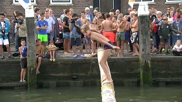 Ασκήσεις ισορροπίας και γέλιο στην Ολλανδία