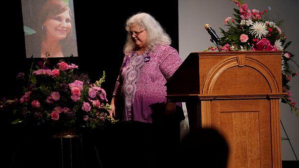 Charlottesville rende omaggio a Heather, mentre continuano a cadere le statue dei confederati