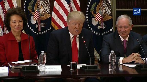El presidente estadounidense desmantela dos consejos críticos con él