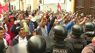Perù: docenti in sciopero per l'aumento, scontri a Lima
