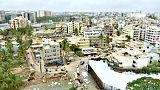 تساقط رغوة الصابون على الشوارع بسبب تلوث في بحيرة هندية