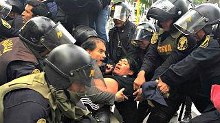 Manifestação de professores no Peru degenera em confrontos com a polícia