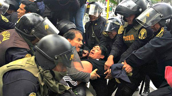 Перу: водометом - по учителям