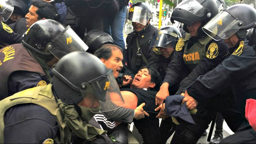 Heurts en marge d'une manifestation d'enseignants à Lima