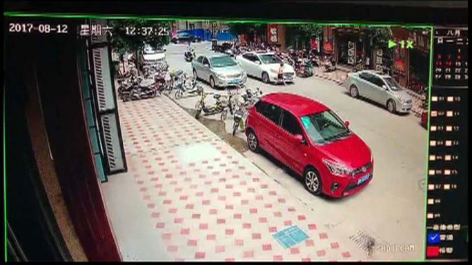 شاهد: طفل متهور يفلت بأعجوبة من الموت في الصين