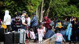 آلاف المهاجرين في أمريكا يعبرون الحدود إلى كندا مشيا على الأقدام