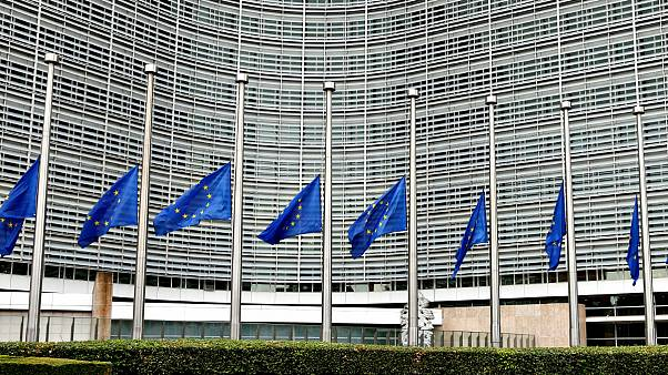 Félárbócon az EU lobogója Brüsszelben