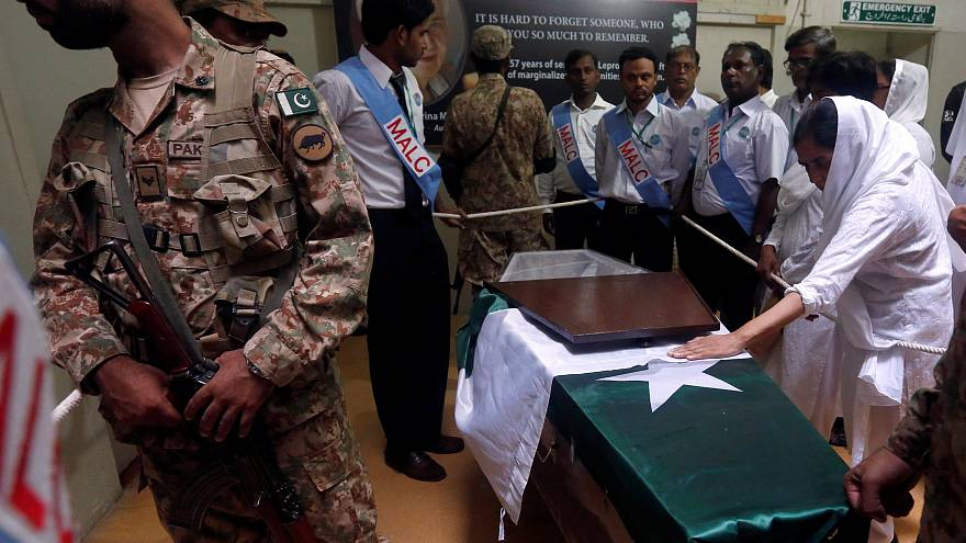 Paquistão despede-se com funeral de Estado de freira alemã que combateu a lepra no país