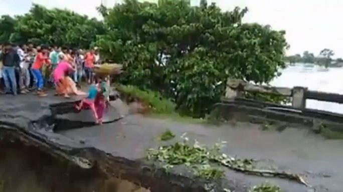 شاهد: فيديو صادم لوفاة أم وطفلتها أثناء انهيار جسر جراء الفيضانات بالهند