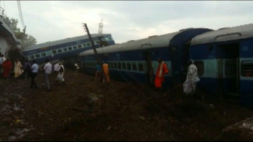 Hindistan: Yolcu treni raydan çıktı