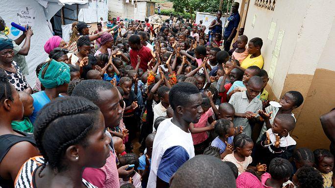 Segélyosztás Sierra Leonéban