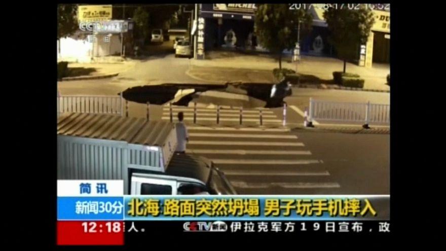 شاهد: حفرة تبتلع سائق دراجة نارية في الصين