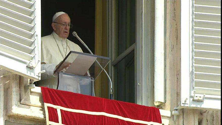 Ad un Angelus blindato il Papa chiede a Dio di liberare il mondo dalla violenza
