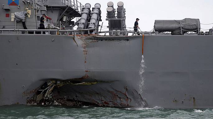 ABD savaş gemisi petrol tankeri ile çarpıştı