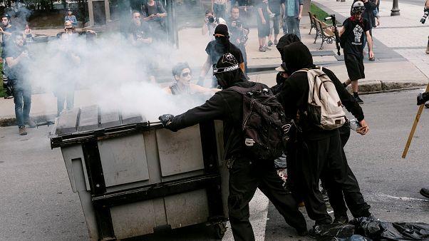 صدامات بين قوات الأمن ومتظاهرين مؤيدين للهجرة في كيبيك