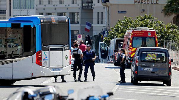 Veículo abalroa paragens de autocarro e mata mulher em Marselha