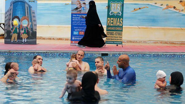 مدرسة سباحة خاصة بالأطفال الرضع في مصر