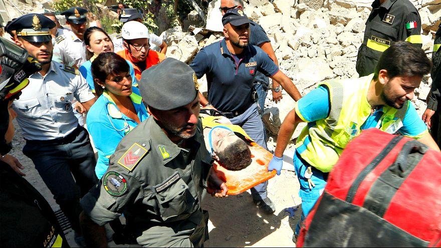 Túlélőket találtak a földrengés után Olaszországban