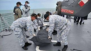 Encuentran restos humanos en el destructor estadounidense que chocó con un carguero en Singapur