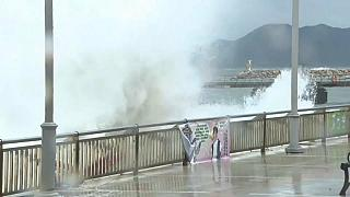 Hato tayfunu Hong Kong'u vurdu