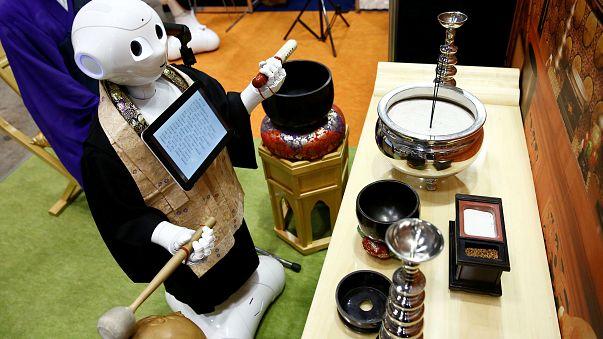 Giappone: ecco il robot che celebra i funerali