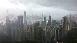 A tájfun miatt üresek a máskor zsúfolt hongkongi utcák