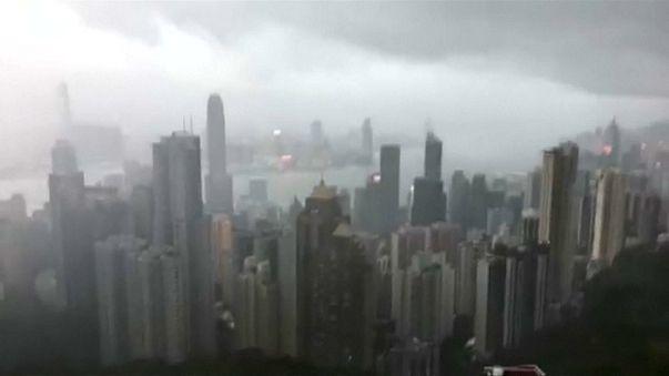 Arriva il tifone Hato, Hong Kong paralizzata