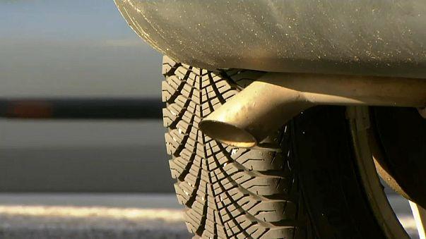 Ministerin gegen Autobauer - Streit um Diesel-Nachrüstungen