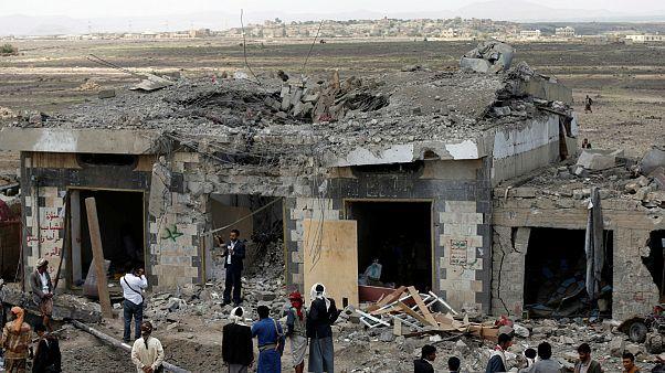 دستکم ۳۵ نفر در حمله هوایی در نزدیکی پایتخت یمن کشته شدند