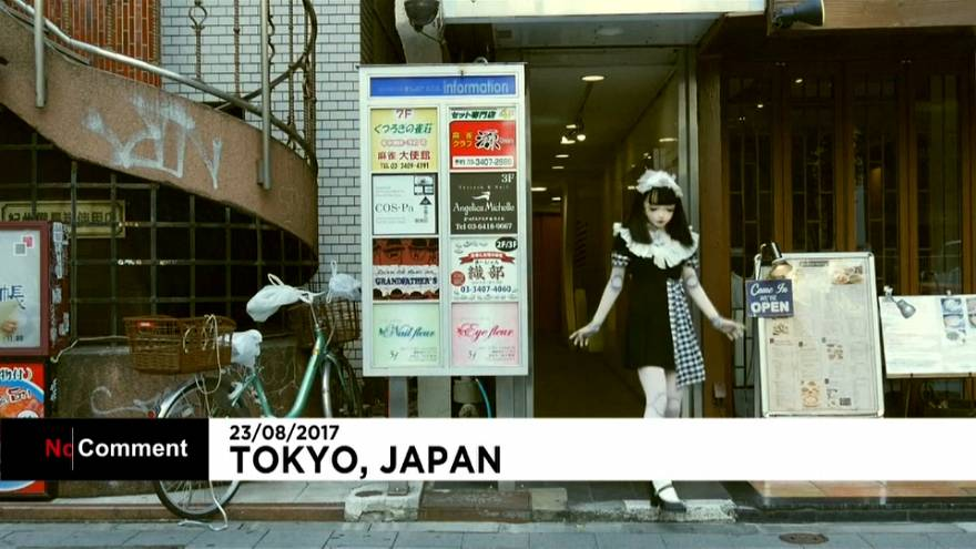 Élő játékbaba Tokio utcáin