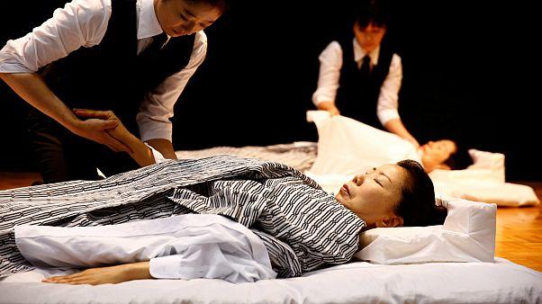 Japonya'nın Başkenti Tokyo'da kapılarını açan cenaze fuarı büyül ilgi gördü.