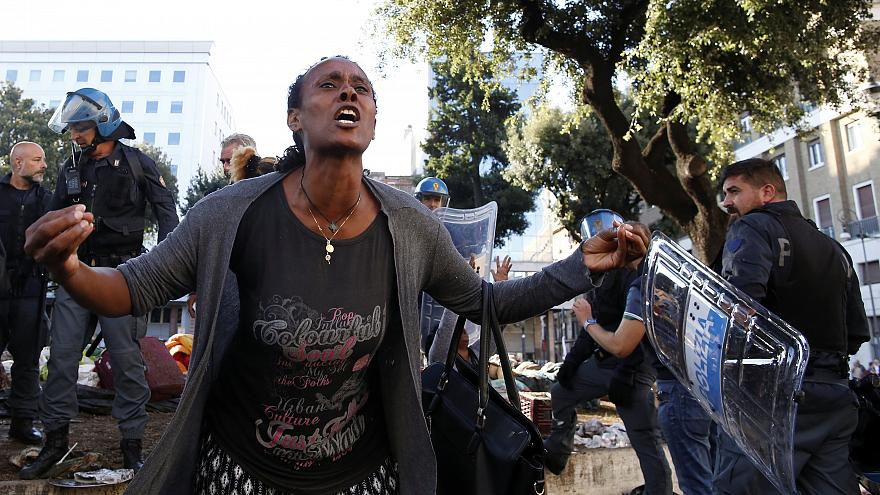 Migrantes e refugiados em confronto com a polícia
